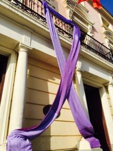 El Ayuntamiento lució un lazo morado dentro de la campaña online y offline de #amibesos